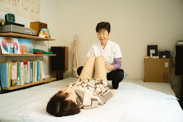 ゆったり両手を伸ばせるほどの広いベッドで施術を受けリラックスできる